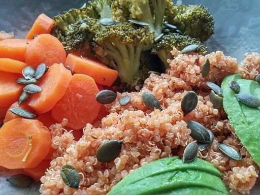 Die Fußball Bowl im Detail: Sanft gegartes Gemüse mit würzigem Quinoa
