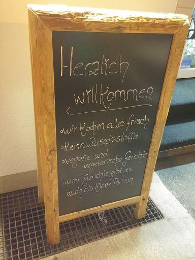 Vor der Einkehr ein schön großes Schild mit Hinweis auf vegane Gerichte - toll!