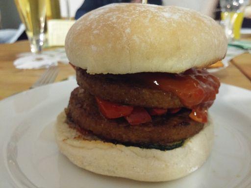 Würziger veganer Burger mit rauchiger Sauce
